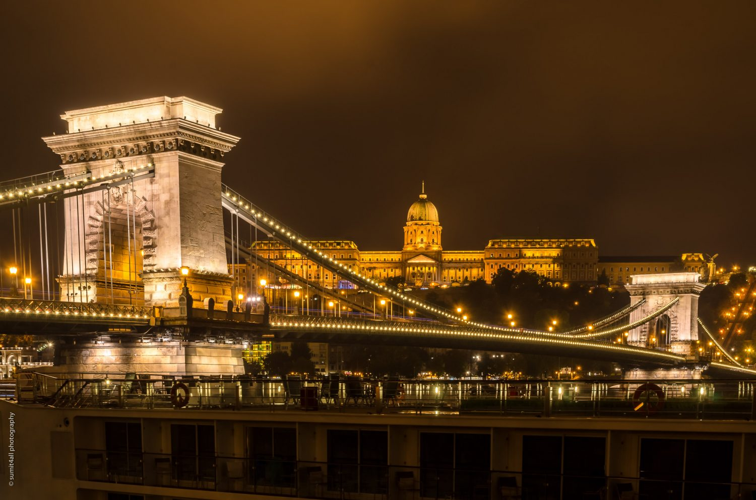 The Chain Bridge and the Buda castle lit up at night.